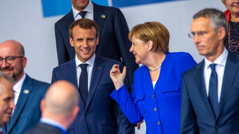 Prezydent Francji Emmanuel Macron i kanclerz Niemiec Angela Merkel na szczycie NATO w 2018 r. / Zdjęcie via Flickr.com @NATO North Atlantic Treaty Organization / licencja (CC BY-NC-ND 2.0)