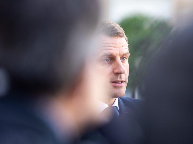 Prezydent Francji Emmanuel Macron powiedział, że zahamowanie koronawirusa jest pierwszym zwycięstwem nad pandemią.