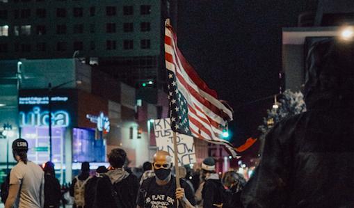Manifestacje w USA coraz częściej przeradzająsięw zamieszki (Photo by Amber Kipp on Unsplash)