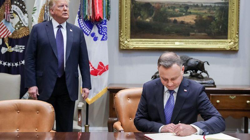 Prezydent Andrzej Duda podpisuje wspólne oświadczenie prezydentów Polski i USA, źródło Jakub Szymczuk KPRP