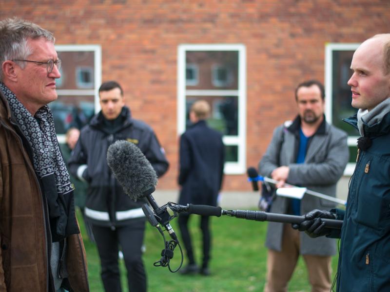 Profesor Anders Tegnell (z lewej) przepytywany przez dziennikarzy z bezpiecznej odległości (żródło: Wikipedia, fot. Frankie Fouganthin), CC BY-SA 4.0