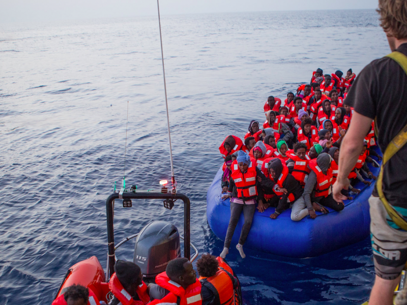 Uchodźcy i Migranci ratowani na Morzu Śródziemnym przez aktywistów organizacji Sea Watch, źródło: Flickr, fot. Tim Lüddemann (CC BY-NC-SA 2.0)