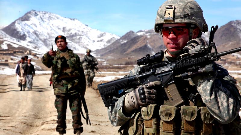 Amerykańscy i afgańscy żołnierze na wspólnym patrolu w prowincji Wardak w Afganistanie, źródło: Flickr/The U.S. Army, fot. Sgt. Russell Gilchrest (CC BY 2.0)
