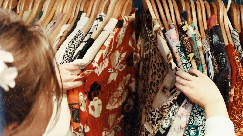 Branża odzieżowa mocno straciła na pandemii koronawirusa (Photo by Becca McHaffie on Unsplash)