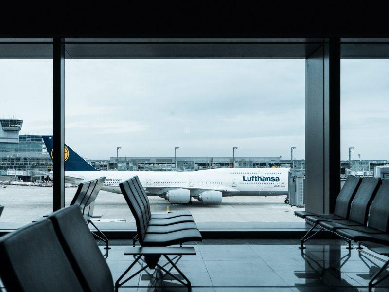 Lufthansa zredukuje zatrudnienie o 22 tys. etatów, wycofa 10 samolotów i odda sloty na lotniskach w Monachium i Frankfurcie nad Menem (na zdjęciu)/Photo by Dennis Gecaj on Unsplash