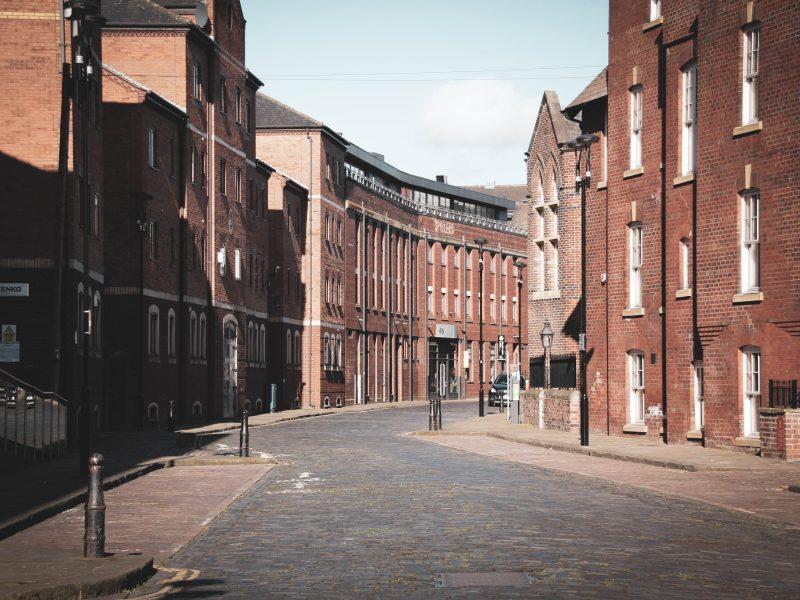 Pusta ulica w Leeds w Anglii w czasie pandemii koronawirusa, Photo by Gary Butterfield on Unsplash