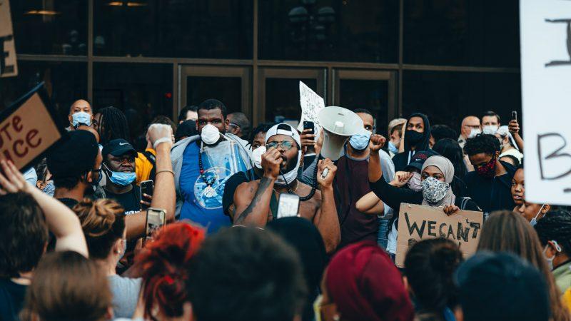 Protest w Minneapolis, czyli mieście, w którym doszło do śmierci George'a Floyda w wyniku interwencji policyjnej (Photo by Josh Hild on Unsplash)