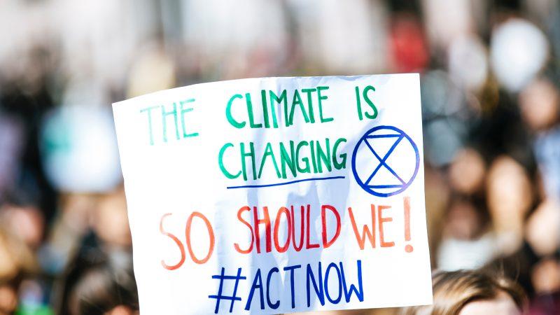 Czy jest możliwe obniżenie przez UE do 2030 r. emisji CO2 nawet o 65 proc. w stosunku do poziomu z 1990 r.? (Photo by Markus Spiske on Unsplash)