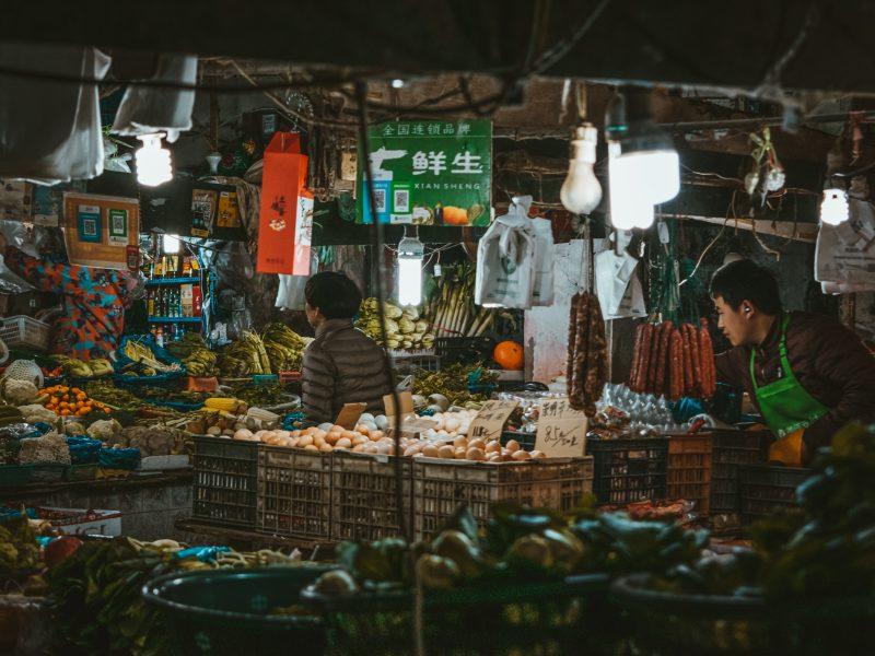 Największe w Chinach targowisko żywności Xinfadi w Pekinie jest nowym ogniskiem infekcji koronawirusa, fot. Max van den Oetelaar/Unsplash