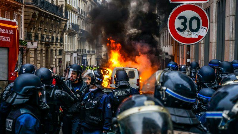 Policja rozpędza protest w Paryżu (Photo by Norbu Gyachung on Unsplash)
