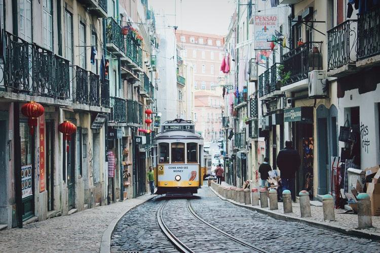 Rząd przywrócił w nocy z poniedziałku (22 czerwca) na wtorek część restrykcji zniesionych w maju na terenie Lizbony oraz czterech miast stołecznej aglomeracji.