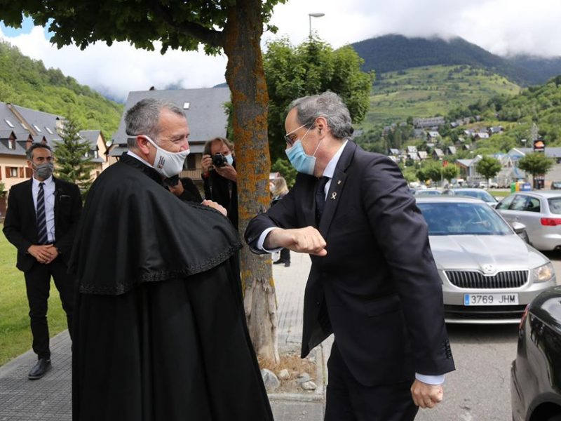 Od czwartku w Katalonii spacer bez maski może kosztować 100 euro. Na zdjęciu premier regionalnego rządu Quim Torra (z prawej) daje dobry przykład.