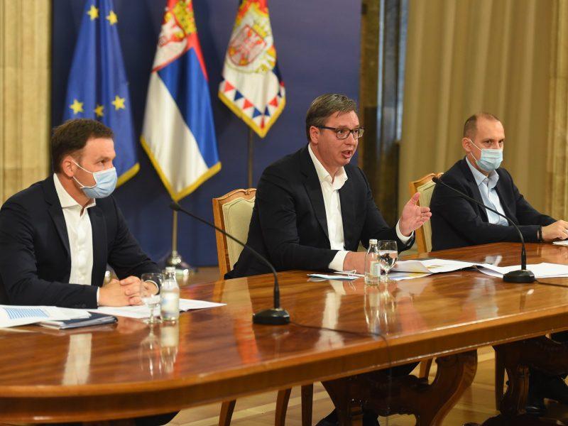 """Prezydent Serbii Aleksandar Vučić (na zdj.)określił sytuację epidemiczną w stolicy kraju, Belgradzie, gdzie szpitale są już pełne chorych, jako """"alarmującą"""" i """"krytyczną""""."""