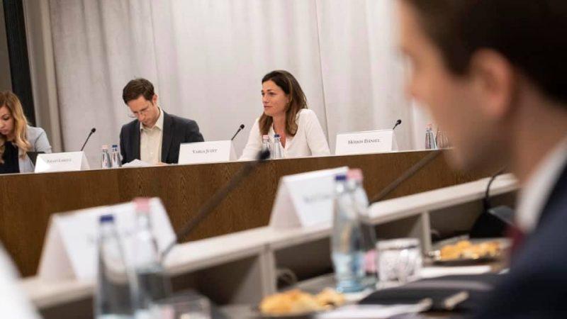 Węgierscy parlamentarzyści podkreślili, że nie można uzależniać finansowania z unijnego budżetu od kwestii politycznych.