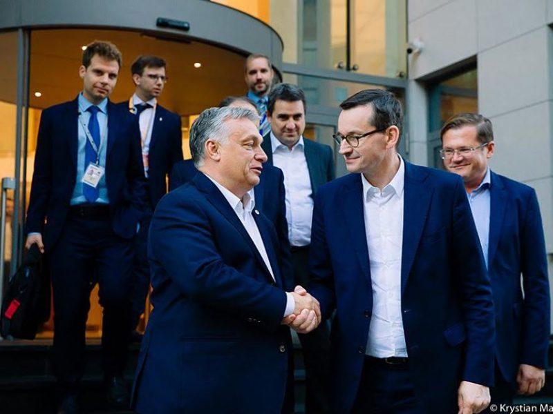 Premier Węgier Viktor Orbán i premier Polski Mateusz Morawiecki po szczycie Rady Europejskiej w Brukseli, 21 lipca 2020 r. [fot. Krystian Maj, KPRM}