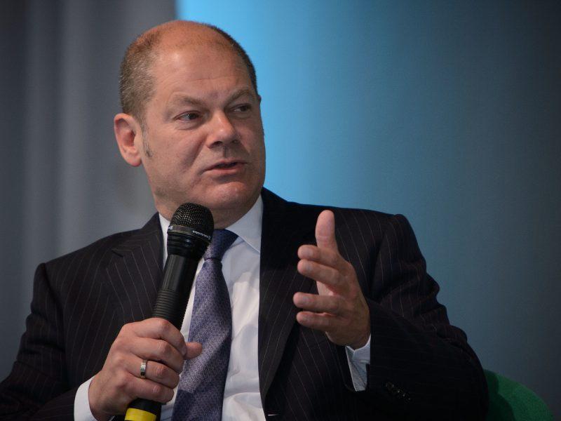 """""""Nie naruszymy państwa socjalnego, które tak efektywnie prowadzi nas przez ten kryzys, lecz rozbudujemy je"""", zapewnił podczas debaty federalny minister finansów Olaf Scholz."""