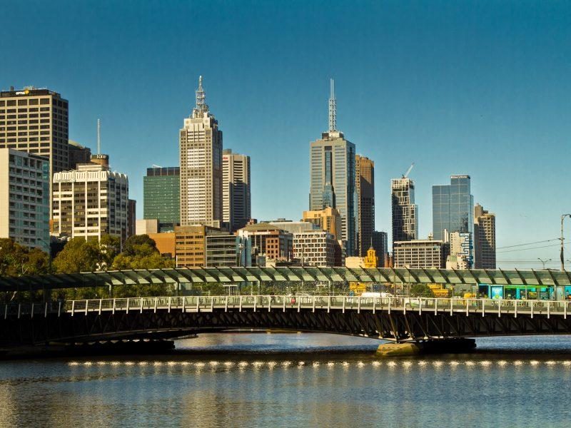 Władze Melbourne zdecydowały się na wprowadzenie lockdownu w związku z wykryciem nowych ognisk koronawirusa w mieście.