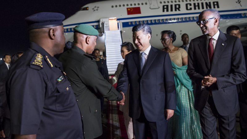 Prezydent Chin Xi Jinping (drugi z prawej) rozpoczyna wizytę w Rwandzie. Po jego lewej stronie prezydent Rwandy Paul Kagame.