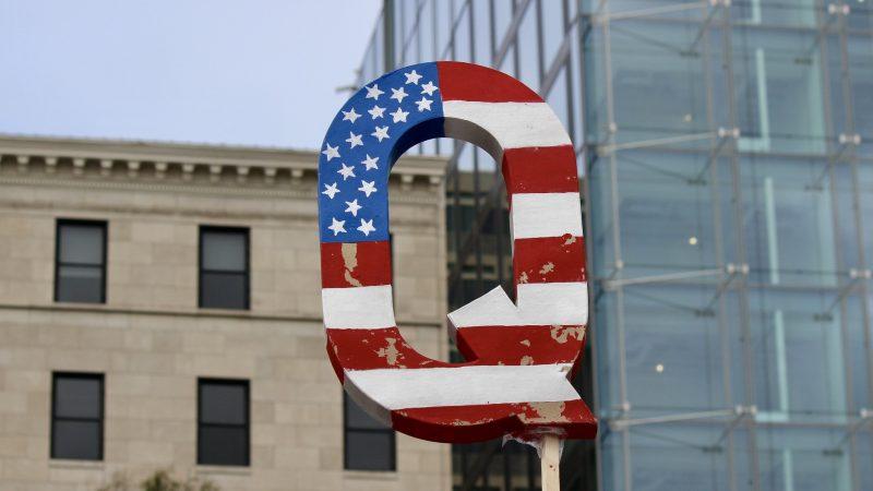 Teoria spiskowa QAnon zaczyna zyskiwać w USA coraz większe zainteresowanie, źródło: Flickr, fot. Joe Flood (CC BY-NC-ND 2.0)