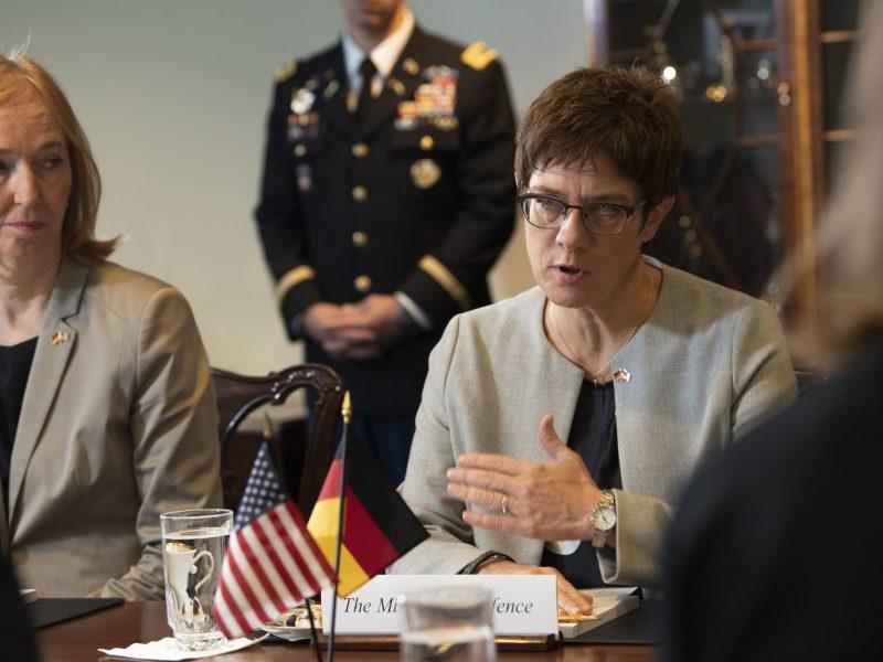 Minister obrony Annegret Kramp-Karrenbauer (CDU) ogłosiła we wtorek (30 czerwca), że rozwiąże jedną z czterech jednostek dowództwa sił specjalnych Kommando Spezialkraefte (KSK) po doniesieniach o prawicowym ekstremizmie w jej szeregach.