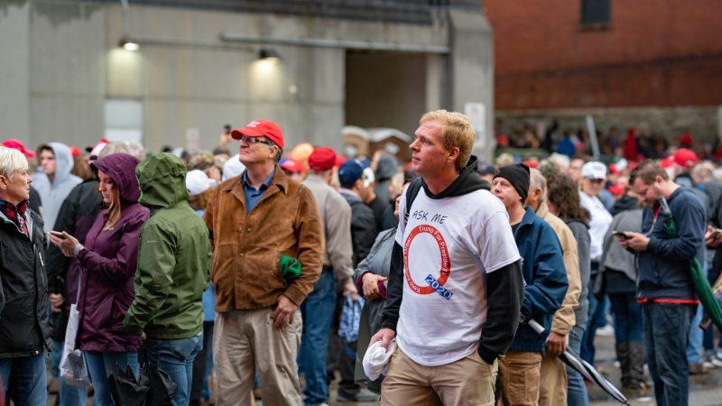 Zwolennik ruchu QAnon na wiecu poparcia dla Trumpa w Minneapolis w październiku 2019 r., źródło: Flickr, fot. Tony Webster (CC BY 2.0)