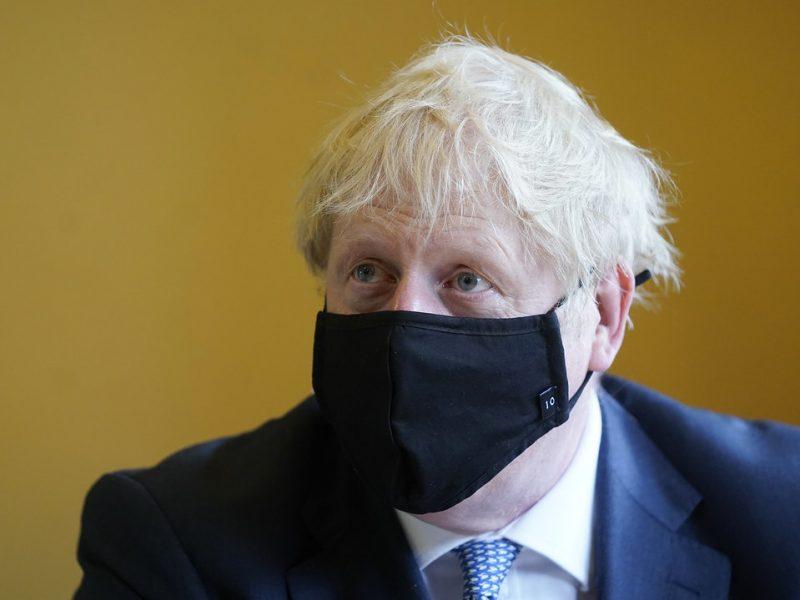Rząd Borisa Johnsona tłumaczy, że zamówienia te są przede wszystkim sposobem na zagwarantowanie finansowania badań nad szczepionką i produkcji dużej liczby dawek jeszcze przed zakończeniem testów klinicznych.