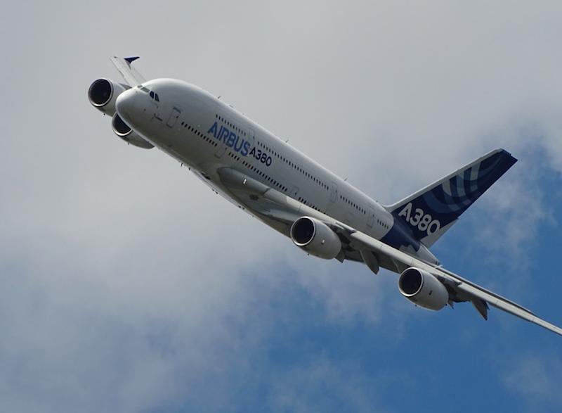 """Airbus A380 powoli odchodzi na """"wcześniejszą emeryturę"""". Duża i paliwożerna maszyna traci w kryzysie wywołanym pandemią koronawirusa na popularności (Photo by G-R Mottez on Unsplash)"""