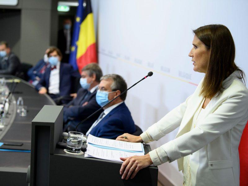 """""""Jesteśmy bardzo zaniepokojeni"""", zadeklarowała premier Belgii Sophie Wilmes dodając, że celem nowych restrykcji jest zahamowanie rozprzestrzeniania się SARS-CoV-2."""