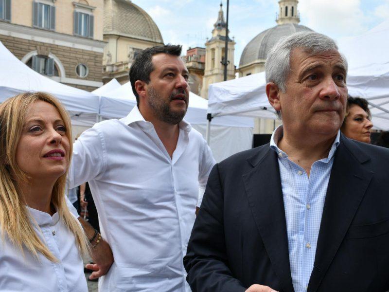 Przewodnicząca Braci Włoch Giorgia Meloni, szef Ligi Matteo Salvini i wiceprzewodniczący Forza Italia Antonio Tajani podczas protestu na Piazza del Popolo, 4 lipca 2020 r. [Twitter, @GiorgiaMeloni]