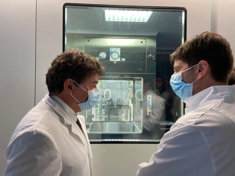 """""""Walka z wirusem nie jest zakończona, musimy być ostrożni"""", podkreślił włoski minister zdrowia Roberto Speranza we wtorek (14 lipca) w parlamentarnym przemówieniu. Na zdjęciu Speranza (z prawej) gości w laboratorium pracującym nad szczepionką przeciwko SARS-CoV-2."""