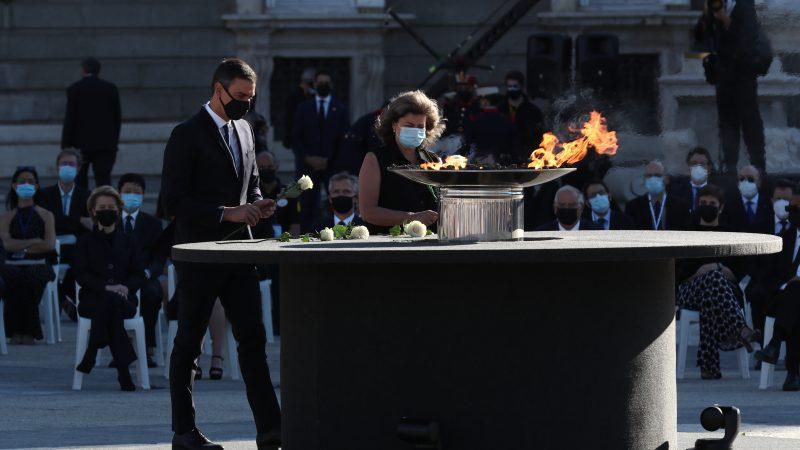 Uroczystości na cześć ofiar COVID-19 przed Pałacem Królewskim w Madrycie, 16 lipca 2020 r.