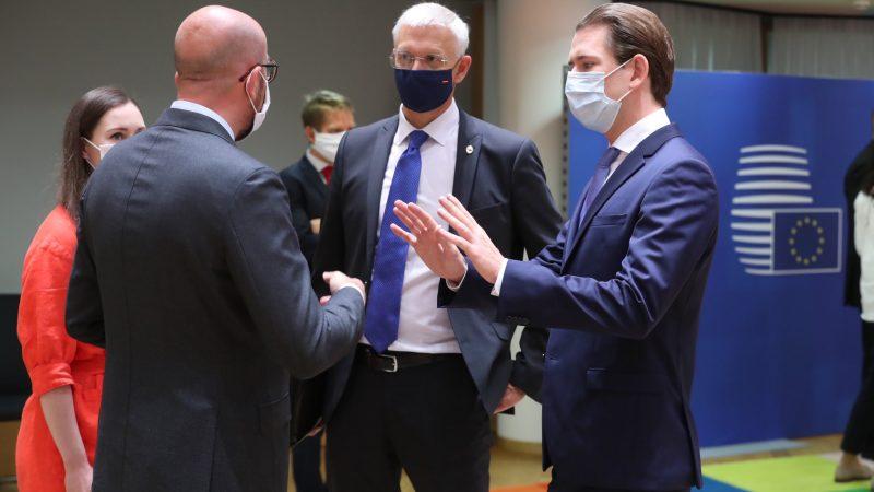 Premier Finlandii Sanna Marin, przewodniczący Rady Europejskiej Charles Michel, premier Łotwy Krišjānis Kariņš i kanclerz Austrii Sebastian Kurz podczas drugiego dnia nadzwyczajnego szczytu RE w Brukseli [Twitter, @krisjaniskarins]