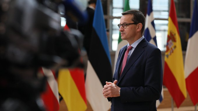 """Premier Mateusz Morawiecki w trakcie czwartego dnia szczytu Rady UE powiedział, że """"Procedura praworządności jest traktowana jako straszak. To duże ryzyko, nie tylko dla Polski. To narzędzie w ręku silniejszych państw, które mogą zacząć szantażować inne kraje""""."""