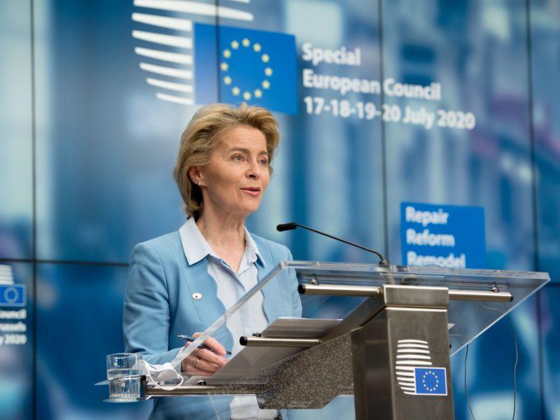 """""""Dziś uczyniliśmy historyczny krok, z którego wszyscy możemy być dumni"""", napisała po kilku dniach negocjacji przewodnicząca Komisji Europejskiej Ursula von der Leyen."""