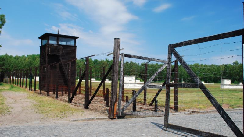 Jedna z bram dawnego obozu koncentracyjnego Stutthof, w którym dziś mieści się muzeum, źródło: WIkipedia, fot. Polimerek (CC BY-SA 3.0)