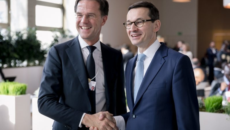 Mark Rutte i Mateusz Morawiecki. Zdjęcie z Davos 2018. Dziś sytuacja jest zgoła inna. Źródło- premier.gov