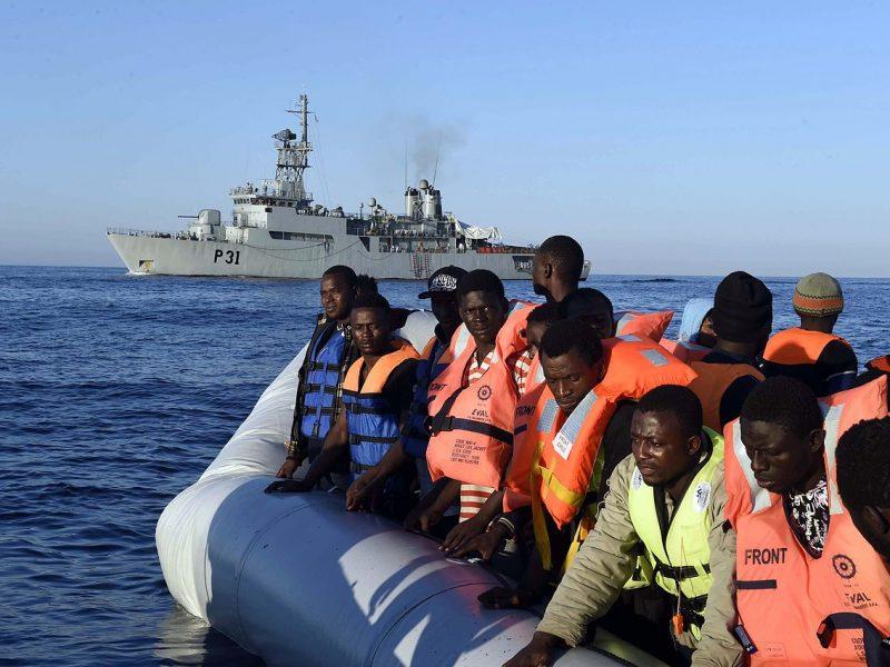 Grupa uratowanych imigrantów zmierza do włoskich portów w czasie wielkiego kryzysu migracyjnego w Europie w latach 2015-2016, 28 czerwca 2015 r. [Flickr, Irish Defence Forces, CC BY 2.0]