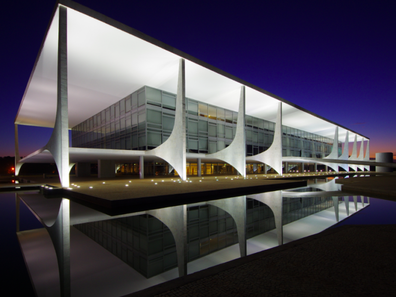 Palácio do Planalto, czyli modernistyczna siedziba brazylijskich prezydentów w równie modernistycznej, zaprojektowanej przez Oscara Niemeyera brazylijskiej stolicy - Brasilii, źródło: Wikipedia, fot. Gastão Guedes (CC BY-SA 4.0)