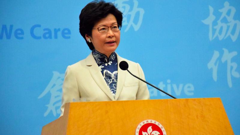 Szefowa lokalnej administracji Hongkongu Carrie Lam, źródło: Wikipedia/VOA (CC0 Public Domain)