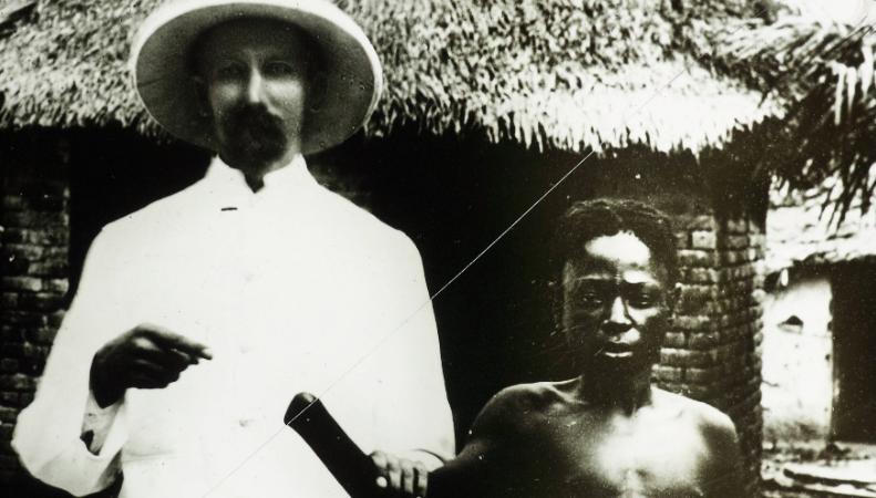 Belgijski misjonarz i mieszkaniec Kongo z obciętą dłonią, czyli ofiara zbrodni popełnionych podczas rządów Leopolda II, zdjęcie z około 1890-1910 r., źródło: USC Digital Library, autor nieznany, (CC0 Public Domain)