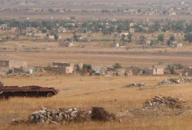 Zardzewiały, porzucony przez wycofującą sięarmię Azerbejdżanu pojazd opancerzony na tle miasta Agdam niemal całkowicie wyludniowego po tym, jak wypędzono z niego po wojnie o Górski Karabach prawie 150 tys. zamieszkujących je Azerów, źródło: Wikipedia/fot. Joaoleitao (CC BY-SA 3.0)