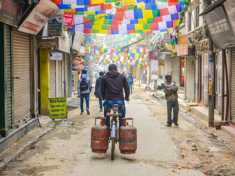 Ulica w Katmandu w Nepalu, czyli kraju, którego bardzo wielu obywateli ni ma stałego zatrudnienia (Photo by Adli Wahid on Unsplash)