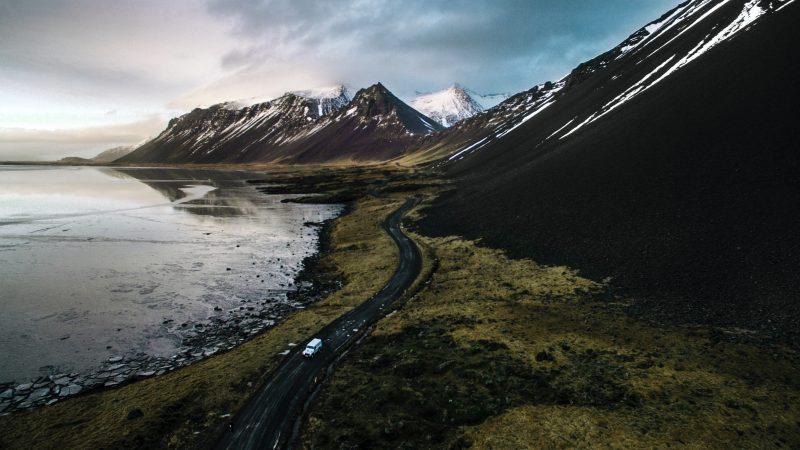 Islandia przywraca część przeciwepidemicznych obostrzeń, ale nie decyduje się na zamykanie granic (Photo by André Filipe on Unsplash)