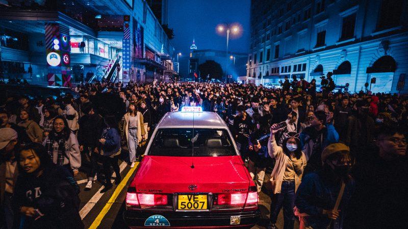 Podczas obecnych protestów w Hongkongu doszło do pierwszych zatrzymań na podstawie nowej kontrowersyjnej ustawy o bezpieczeństwie publicznym, którą dawnej brytyjskiej kolonii narzucił Pekin (Photo by Artur Kornakov on Unsplash)
