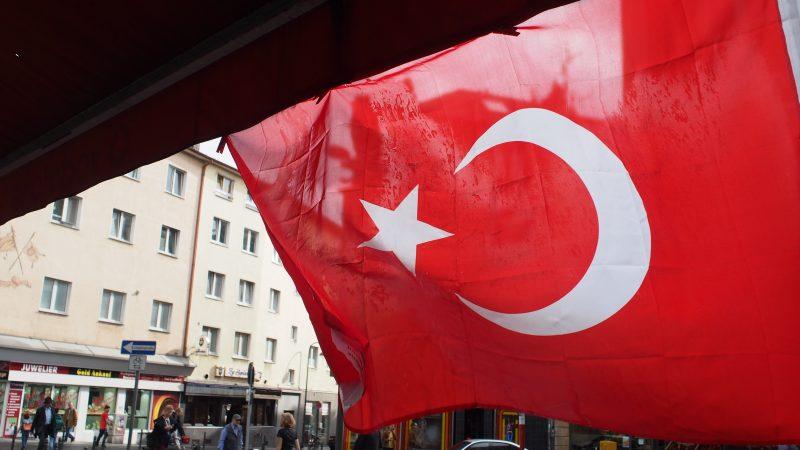 Nowe tureckie przepisy o regulacji treści w serwisach społecznościowych są bardzo restrykcyjne, obrońcy praw człowieka mocno je krytykują (Photo by bruno neurath-wilson on Unsplash)
