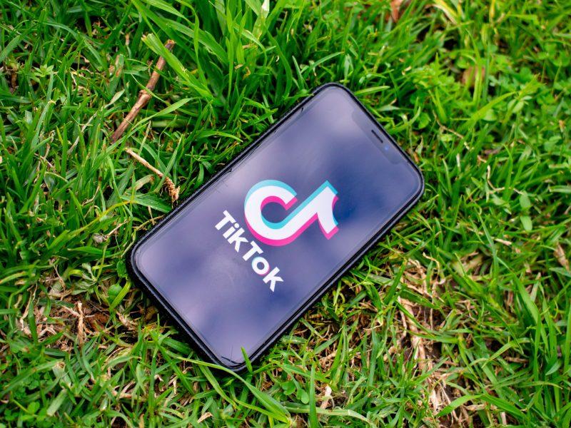 TikTok, a także inna chińska aplikacja WeChat majązniknąć z USA (Photo by Kon Karampelas on Unsplash)