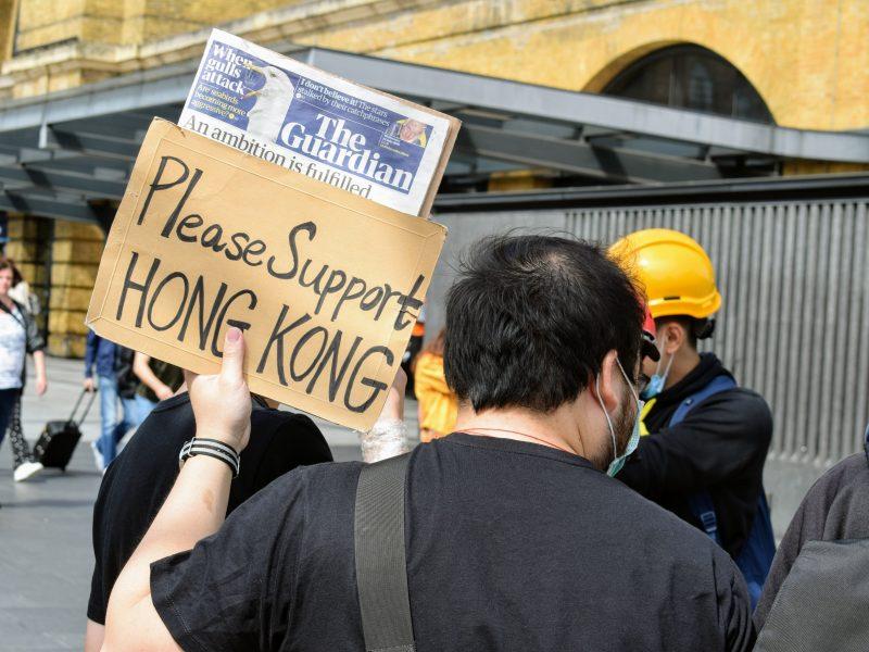 Narzucenie przez Chiny nowej kontrowersyjnej ustawy o bezpieczeństwie publicznym w Hongkongu wywołało sprzeciw w wielu miejscach na świecie (Photo by Oliver Hale on Unsplash)