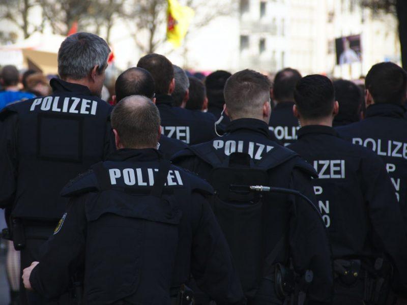 Rząd federalny Niemiec i kraje związkowe chcą w przyszłości lepiej reagować na lokalne wybuchy pandemii koronawirusa.