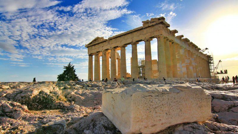 W Grecji otwiera sięcoraz więcej atrakcji turystycznych, ale jest teżcoraz więcej miejsc, w których trzeba nosić maseczki (Photo by Puk Patrick on Unsplash)