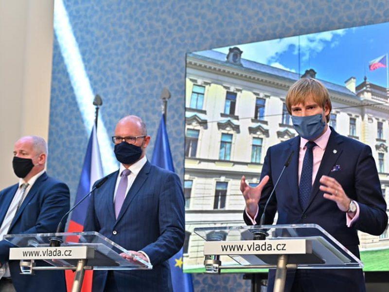 Przywrócenie obowiązku noszenia masek ochronnych związane jest z rozpoczęciem nowego roku szkolnego, podkreślił minister zdrowia Czech Adam Vojtiech.